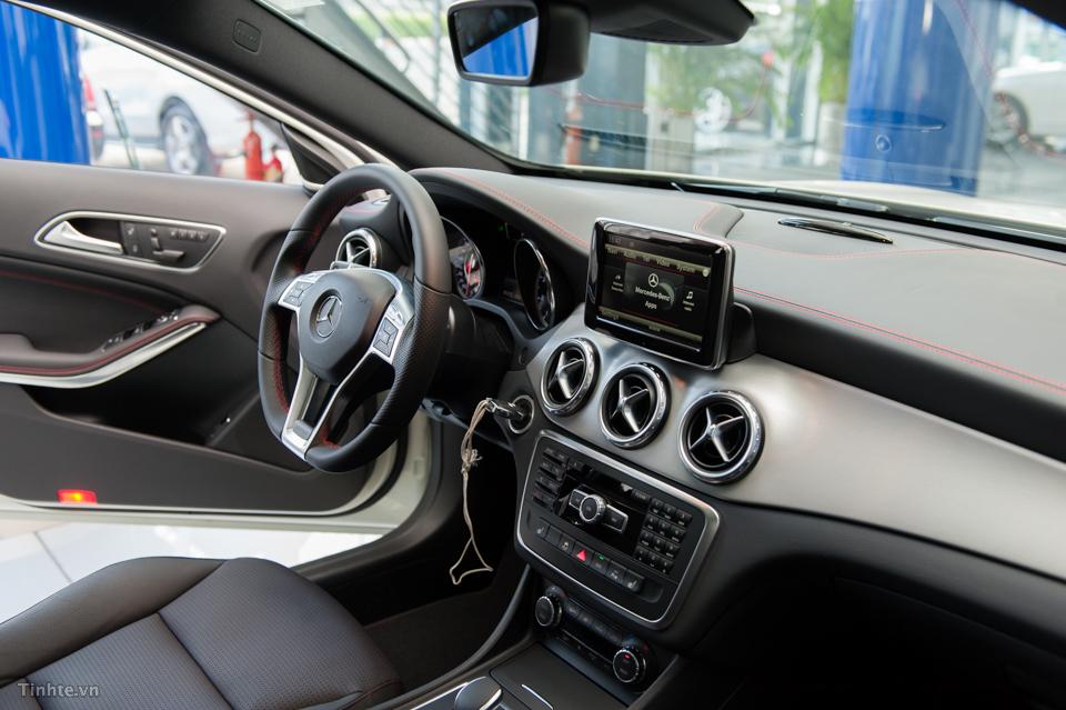 Nội thất xe Mercedes Benz GLA45 AMG 4Matic màu trắng 02