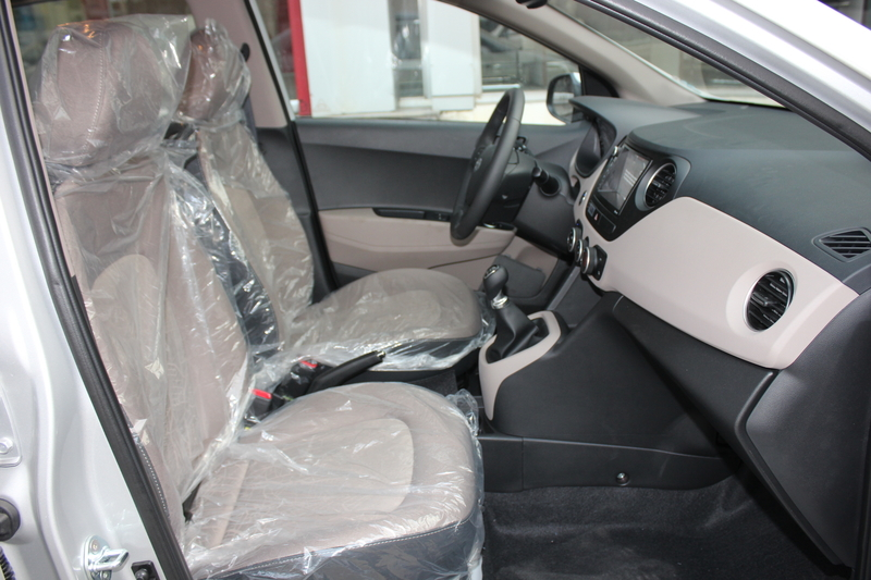 Nội thất xe Hyundai Grand i10 SEDAN 2017 màu bạc 02