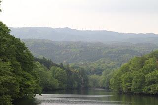 天端より青山高原ウインドファームの風車を望む