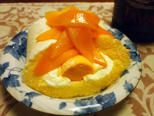 [写真]マンゴーのロールケーキ