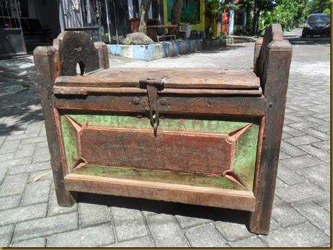 Peti Jawa | Kotak jadul | jodhang kayu jati tua primitif dengan kunci kuno dan paku paku buatan tukang pande bukan paku buatan pabrik, warna cat asli tua