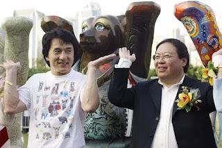 Patrick Ho (phải) tại một sự kiện gây quỹ cho quỹ từ thiện ở LHQ của ngôi sao điện ảnh Thành Long.