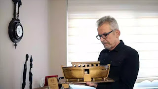 Nhà làm phim Cem Sertesen bên mô hình con tàu Nôê được dựng lại dựa theo những khám phá mới nhất