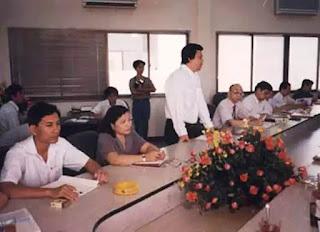 Doanh nhân Tăng Minh Phụng trong một buổi họp công ty.
