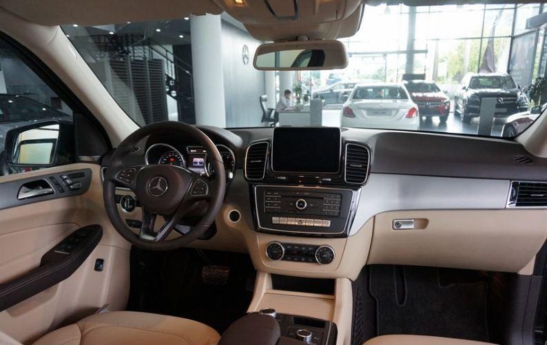 Nội thất xe Mercedes Benz GLE 400 4Matic màu trắng 02