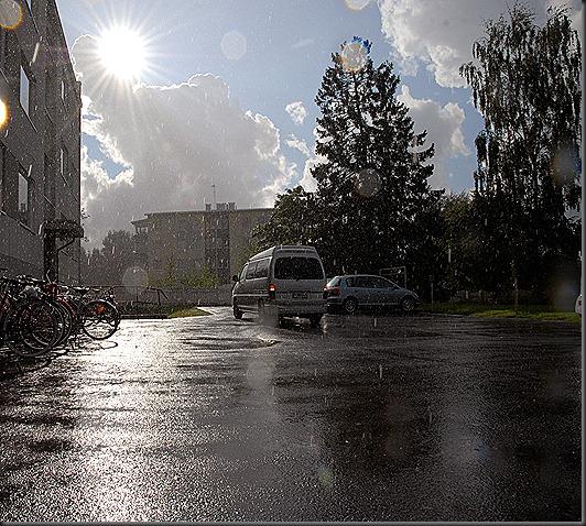 Aurinko Paistaa Ja Vettä Sataa