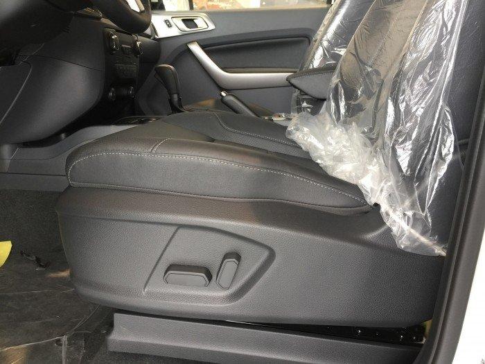 Nội thất xe Ford Everest 7 chỗ màu trắng 03