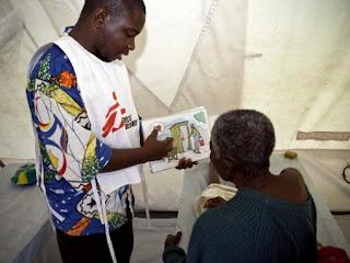 Un soignant explique à un cholérique l'importance d'une bonne hygiene. Ph. Gwen Dubourthoumieu/IRIN