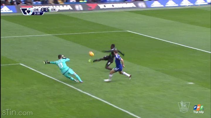 Diouf có cơ hội đối mặt với Courtois nhưng rất tiếc là