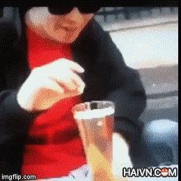 Phản ứng hóa học bất ngờ khi bỏ mentos vào ly bia :o Hết cả hồn luôn