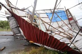 Căn nhà trên xã Phước Tĩnh, huyện Long Điền, Bà Rịa Vũng Tàu bị gió giật sập.