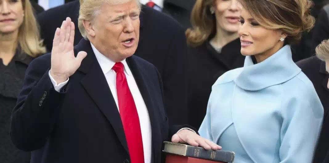 Ông Trump đặt tay trên cuốn Kinh thánh và tuyên thệ nhậm chức!