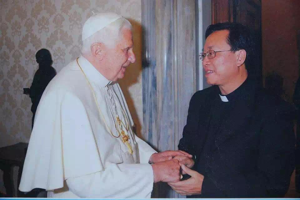Đức Giáo tông tiền nhiệm Benedictus XVI gặp gỡ Lm Petrus Đặng Xuân Thành