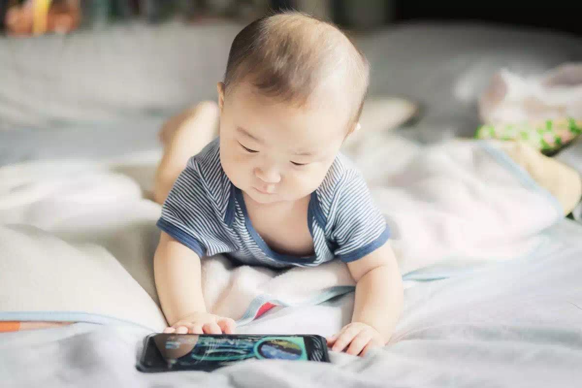 WHO khuyến nghị về vấn đề tiếp xúc thiết bị điện tử với trẻ nhỏ, càng ít càng tốt.