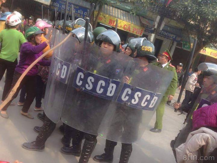 Hôm nay hàng trăm người dân ở Sầm Sơn kéo lên trụ