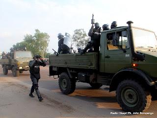 La police disperse la foule qui accompagnait le cortège d'Etienne Tshisekedi lors du vote le 28/11/2011 à l'institut Lumumba à Kinshasa, pour les élections de 2011 en RDC. Radio Okapi/ Ph. John Bompengo