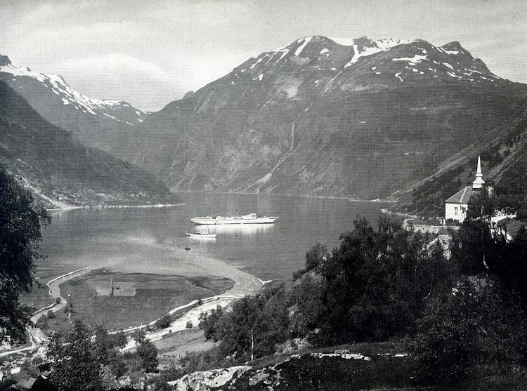 10-Vapor OCEANA en el Geirangerfjord. Foto del libro HAMBURG-AMERIKA LINIE. NORDLAND-FAHRTEN..jpg