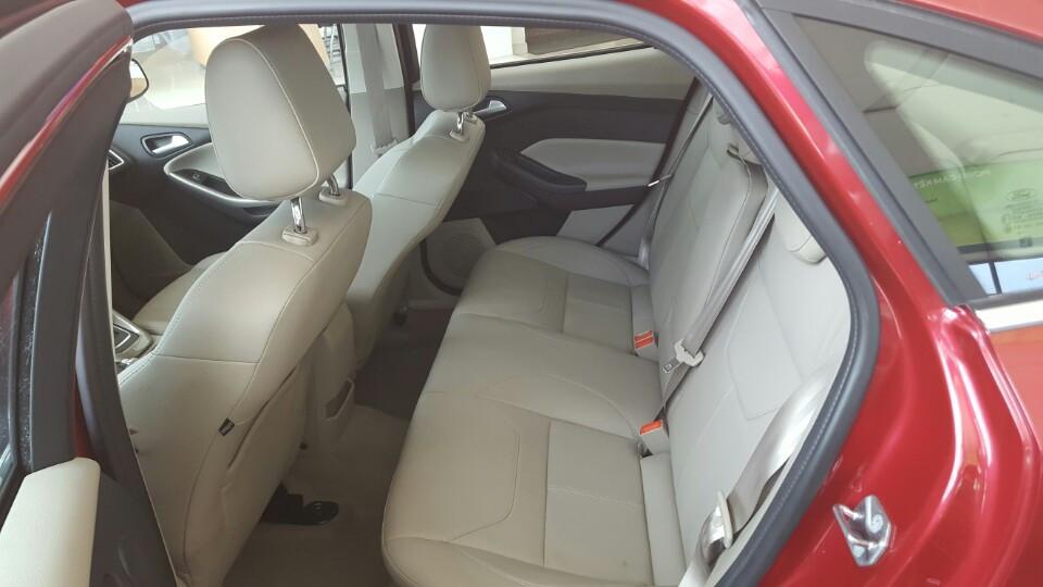 Nội thất xe ô tô Ford Focus 2018 màu đỏ 05