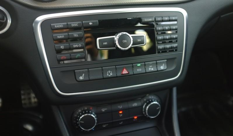 Nội thất xe Mercedes Benz CLA250 cũ 2014 màu trắng 06