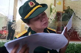 Một nữ cựu chiến binh tìm địa chỉ của đồng đội cũ