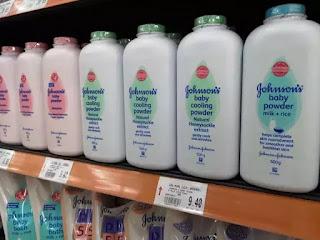 Ngày 14/12, công ty Johnson & Johnson tiếp tục bị cáo buộc đã biết sản phẩm phấn rôm trẻ em của mình chứa chất gây ung thư từ 47 năm trước.
