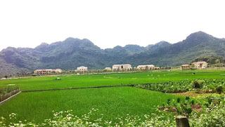 Trại tù Ba Sao, Hà Nam Ninh, Bắc Việt, nơi triền núi phía sau trại tù là nghĩa địa chôn vùi xác nhiều tù nhân cải tạo có gốc từ Miền Nam sau 1975.