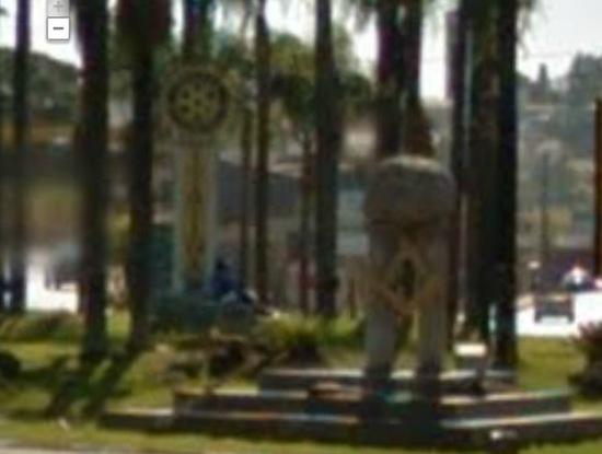 Cidade - Simbolos illuminats na entrada de itatiba