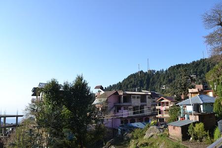 Imagini India: priveliste de pe terasa casei de oaspeti Sky Pie Dharamsala - Mica Lhasa