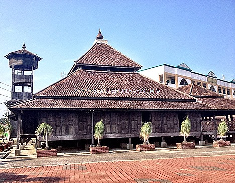 Kota Bharu Masjid Kampung Laut Kelantan oldest mosque Malaysia Kampung Nilam Puri, Built 18th century architecture design cengal timber no nail City of Culture Guide Top 10 Must Do Hit List Islamic Mosques Architecture