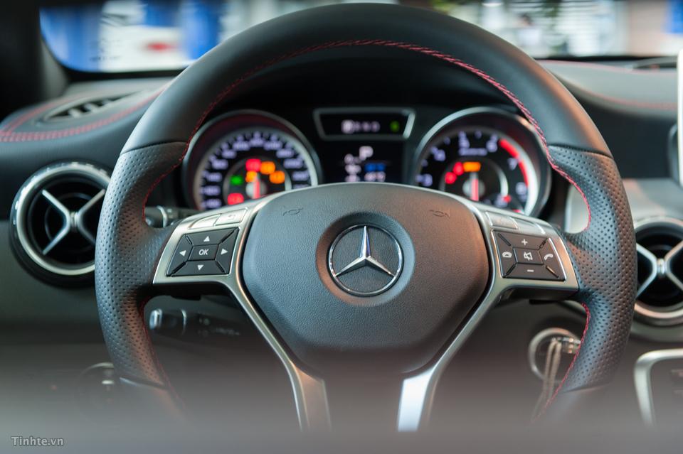 Nội thất xe Mercedes Benz GLA45 AMG 4Matic màu trắng 03