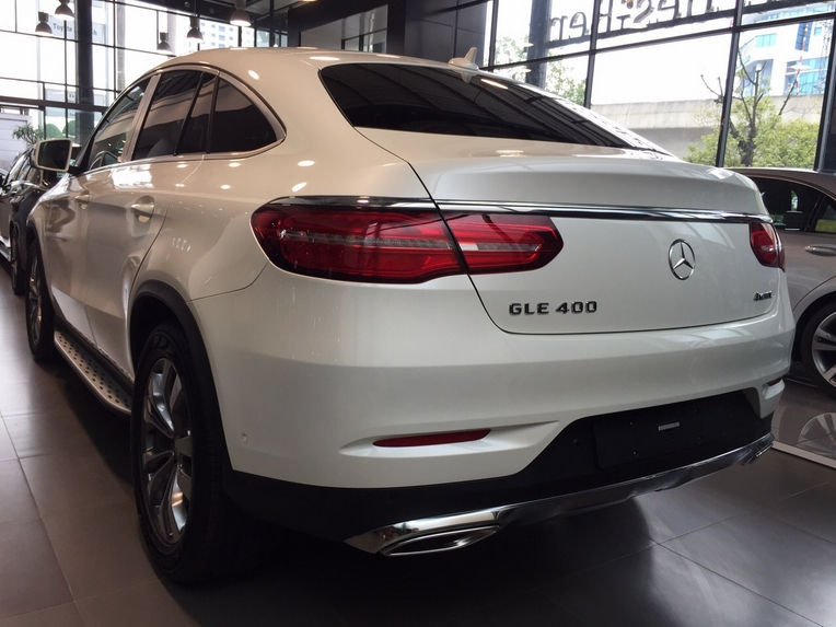 Xe Mercedes GLE 400 Coupe 4Matic màu trắng 09