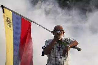 Người già Venezuela cũng xông pha trong hơi khói của lựu đạn cay.