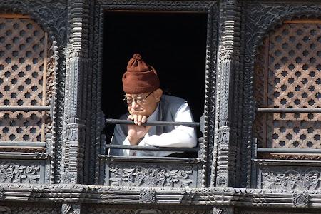 Imagini Kathmandu: batran nepalez la fereastra