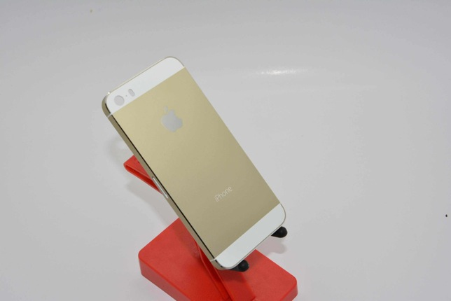 Champagne Apple iPhone 5S surfaces  2