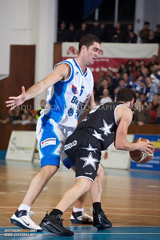 Liviu Dumitru se apara la Mihai Paul in timpul  partidei dintre BC Mures Tirgu Mures si U Mobitelco Cluj-Napoca din cadrul etapei a sasea la baschet masculin, disputat in data de 3 noiembrie 2011 in Sala Sporturilor din Tirgu Mures.