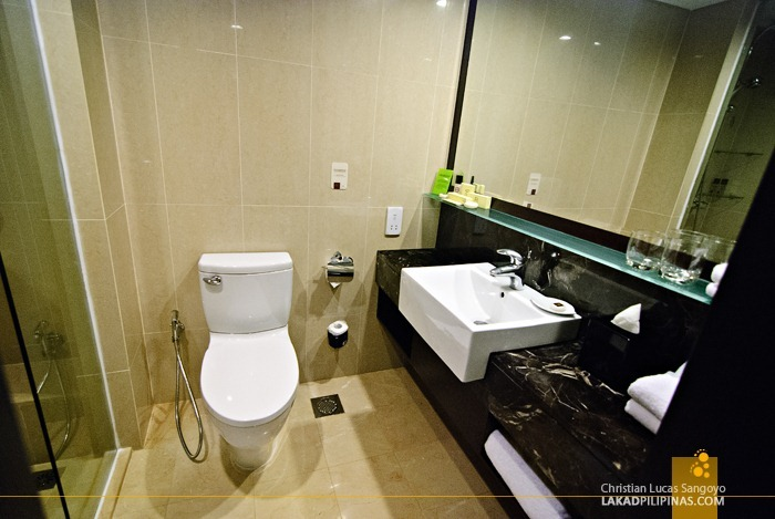 Toilet and Bath at the Royal Plaza on Scotts Singapore
