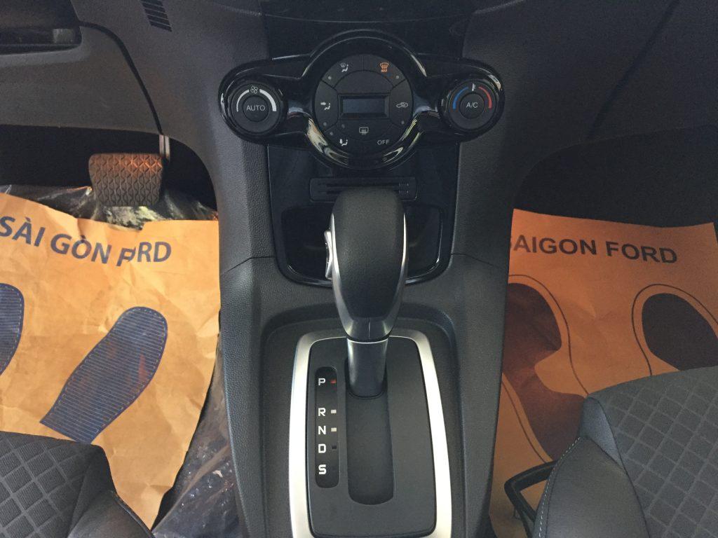 Nội thất xe Ford Fiesta 2018 màu xám 03