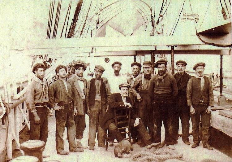 El Capitán Jaume Font i Mas y su tripulación. Del libro Els Premianencs i el Mar.JPG