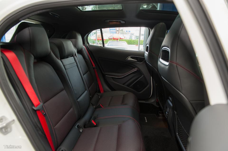 Nội thất xe Mercedes Benz GLA45 AMG 4Matic màu trắng 08