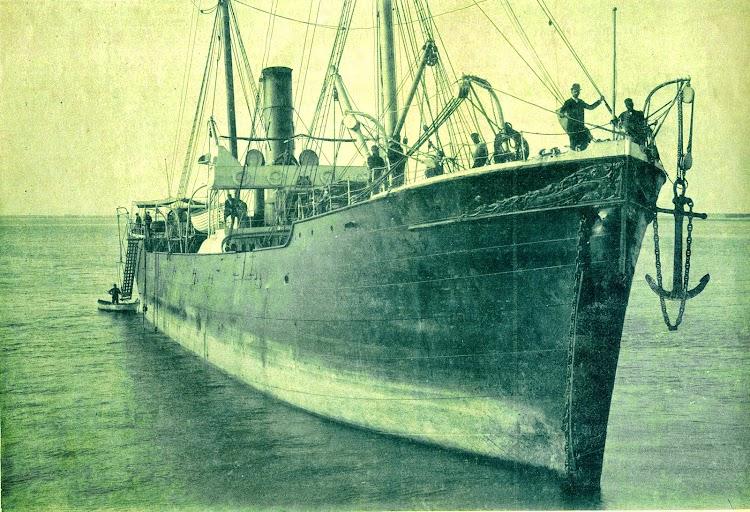 El vapor IBAIZABAL mostrando una gran avería en la roda. De la Revista El Mundo Naval Ilustrado. Año 1899.jpg