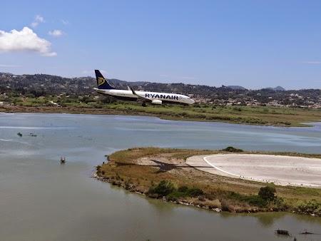 16. Ryanair aterizeaza la Corfu.JPG