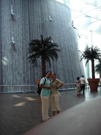 Imaginin Burj Khalifa Dubai: Cascada de la intrare