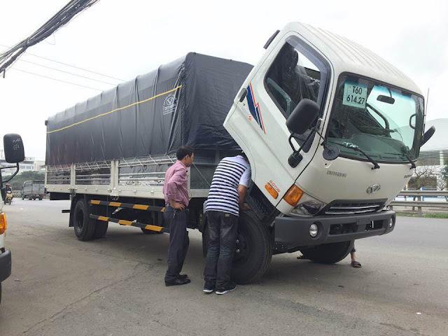 Khách hàng đến xem xe và tham khảo Hyundai HD120sl 8 tấn
