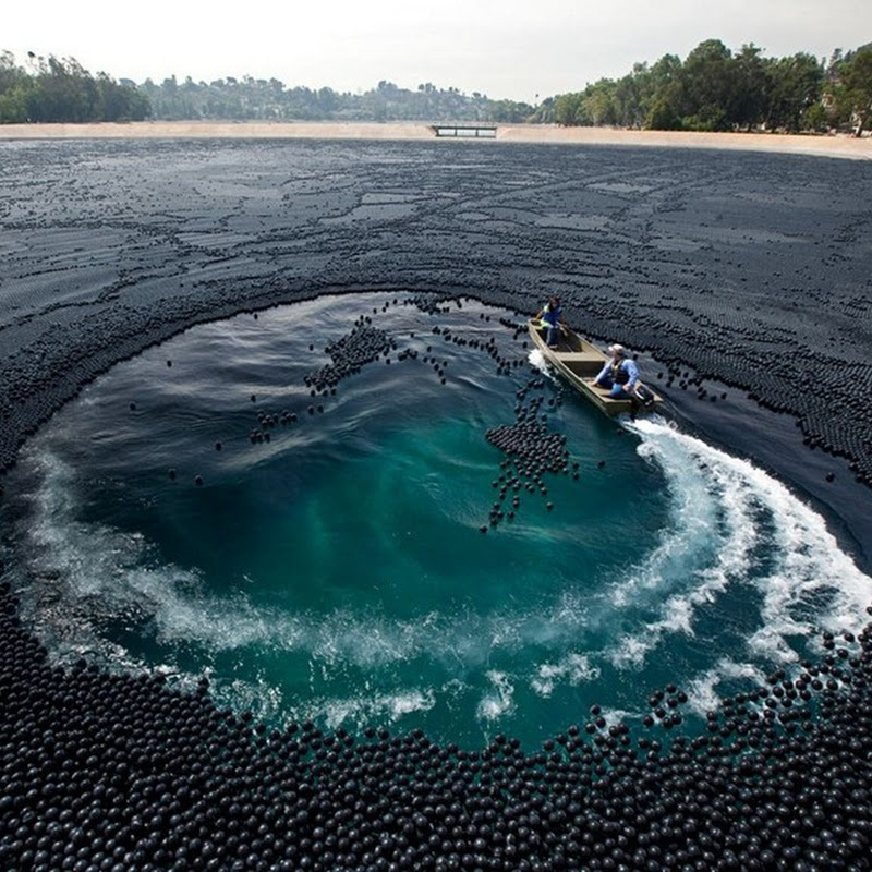 Ivanhoe Reservoir Covered With 400,000 Black Plastic Balls
