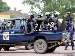 La police d'intervention le 8/12/2011 à l'entrée de la 10ème rue à Kinshasa-Limete le long du boulevard Lumumba. Radio Okapi/ Ph. John Bompengo