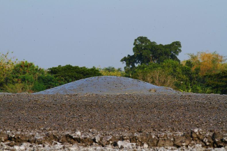 البراكين الطينية ظاهرة غريبة تجذب الاف السياح اليها bleduk-kuwu-9%5B8%
