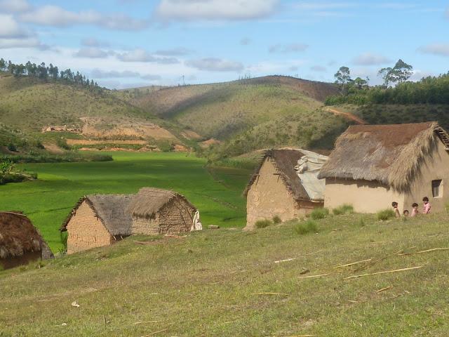 Village et paysage de déforestation à proximité du Saha Forest Camp, Anjozorobe (Madagascar). 2 janvier 2014. Photo : J. Marquet