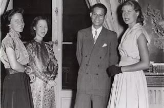 GS Nguyễn Phước Vĩnh Bang và vợ Lê Thị Tuất (giữa) cùng các đồng nghiệp.
