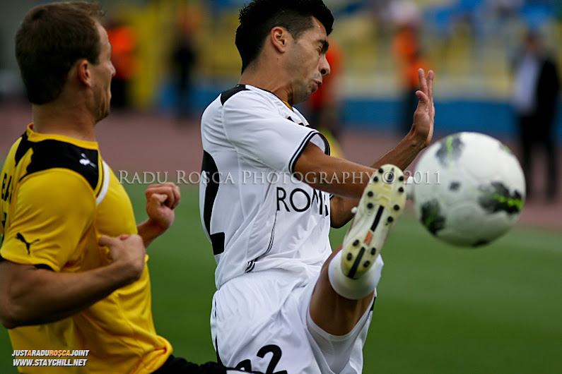 Paul Pârvulescu se lupta pentru balon cu Balázs Balogh în timpul partidei dintre Gaz Metan Mediaș și KuPS Kuopio (Finlanda) din cadrul turului 2 preliminar al UEFA Europa League, disputat în data de 21 iulie 2011