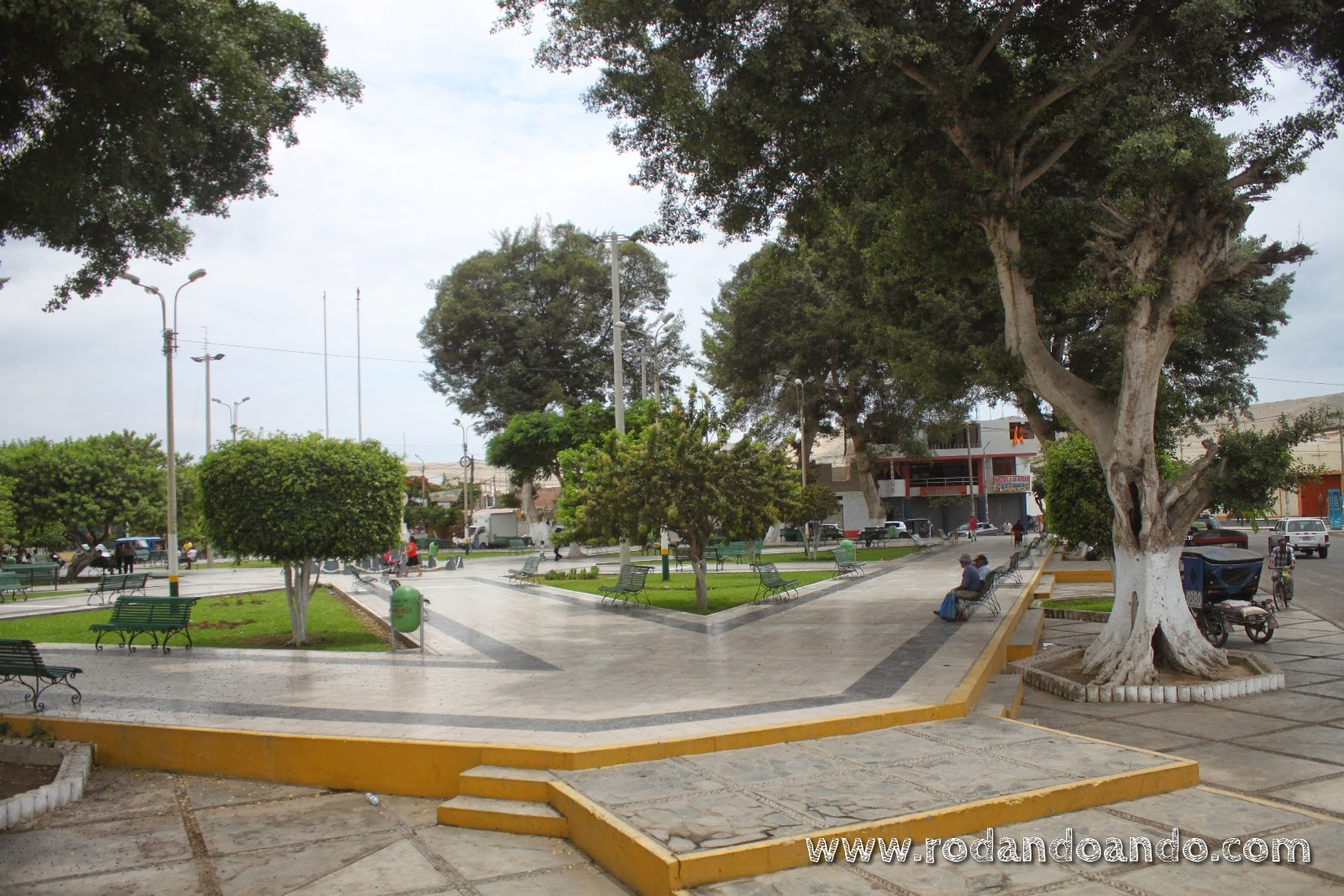 La Panamericana Norte pasa por pueblos, plazas y lo que se le cruce por el camino